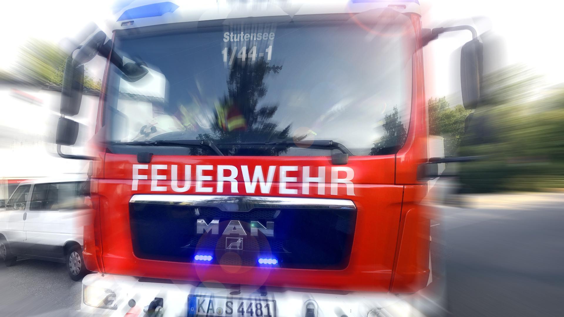 Ein Feuerwehrwagen steht auf der Straße (Symbolbild).
