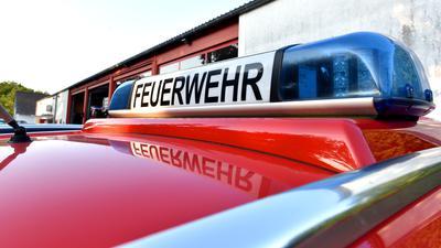 Das Blaulicht eines Feuerwehrwagens spiegelt sich (Symbolbild).