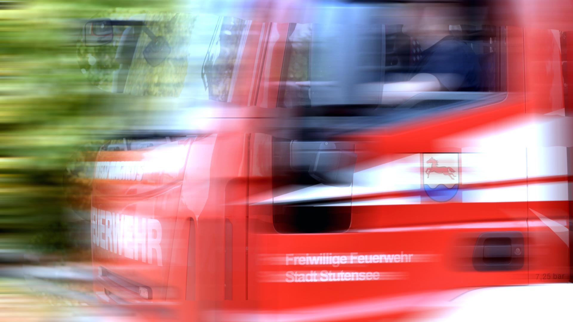 Ein Feuerwehrwagen fährt. (Symbolbild).
