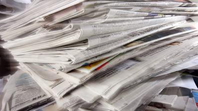 ARCHIV - Zeitungen liegen auf einem Altpapierstapel in Düsseldorf (Archivfoto vom 07.04.2008). Die Finanzmarktkrise hat auch die Preise für Metallschrott und Altpapier in den Keller gehen lassen. Der Markt sei faktisch zusammengebrochen, sagten Vertreter von Recyclingbranchen und Hochschulen am Dienstag (10.02.2009) am Rande des Fachkongresses Münsteraner Abfallwirtschaftstage. Foto: Martin Gerten dpa/lnw +++(c) dpa - Bildfunk+++ | Verwendung weltweit