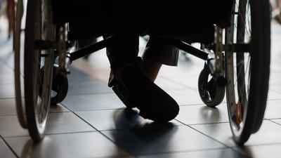 ARCHIV - 18.05.2016, Laatzen: ARCHIV - Eine Person sitzt in einem Rollstuhl. In Mainz stellt Sozialministerin Bätzing-Lichtenthäler am 02.05.2019 das Projekt «WohnPunktRLP» vor, das ländliche Gemeinden beim Aufbau von Wohn-Pflege-Gemeinschaften unterstützen soll. Foto: Sebastian Gollnow/dpa +++ dpa-Bildfunk +++   Verwendung weltweit