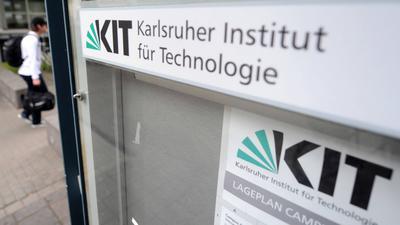 ARCHIV - An einem Eingang zum Karlsruher Institut für Technologie (KIT) hängt am 15.06.2012 das Logo des Instituts. Bei einem Busunfall in Peru vor rund einer Woche ist ein Student aus Baden-Württemberg tödlich verunglückt. Drei weitere Studenten des KIT seien auch in dem Bus gewesen und werden noch vermisst, wie eine Sprecherin des KIT am 04.11.2017 der Deutschen Presse-Agentur sagte. Foto: Uli Deck/dpa +++(c) dpa - Bildfunk+++ | Verwendung weltweit