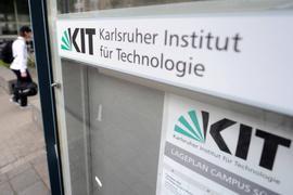 ARCHIV - An einem Eingang zum Karlsruher Institut für Technologie (KIT) hängt am 15.06.2012 das Logo des Instituts. Bei einem Busunfall in Peru vor rund einer Woche ist ein Student aus Baden-Württemberg tödlich verunglückt. Drei weitere Studenten des KIT seien auch in dem Bus gewesen und werden noch vermisst, wie eine Sprecherin des KIT am 04.11.2017 der Deutschen Presse-Agentur sagte. Foto: Uli Deck/dpa +++(c) dpa - Bildfunk+++   Verwendung weltweit