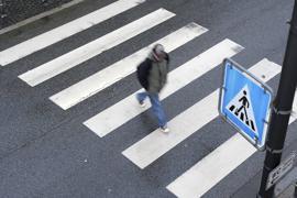 """ARCHIV - 06.03.2009, Baden-Württemberg, Heidelberg: Ein Fußgänger geht über einen Zebrastreifen. Berlin soll für Fußgänger sicherer werden. Dazu sind unter anderem breitere Bürgersteige, mehr Zebrastreifen und bessere Ampelschaltungen geplant.  (zu dpa """"Berlin soll für Fußgänger sicherer werden """") Foto: Ronald Wittek/dpa +++ dpa-Bildfunk +++   Verwendung weltweit"""