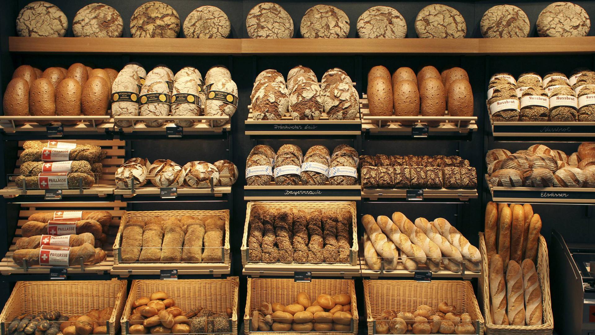 Eine Brotauslage wird auf der internationalen Bäckereiausstellung den Besuchern präsentiert.