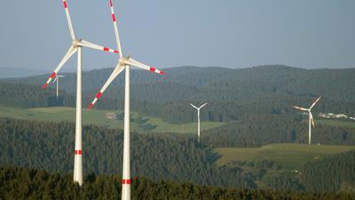 """ARCHIV - Windräder stehen am 21.06.2014 auf den Anhöhen in der Nähe des Kandels bei Waldkirch (Baden-Württemberg).Foto: Patrick Seeger (zu lsw: «Was an grün-roten Politikzielen auf der Strecke blieb"""" vom 13.08.2015) +++ dpa-Bildfunk +++"""