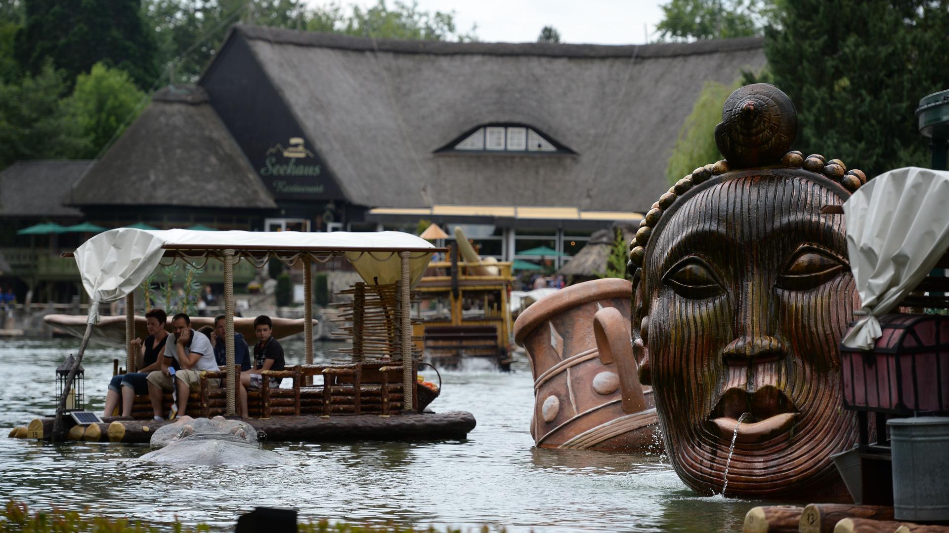 ARCHIV - Menschen fahren am 09.07.2015 im Europa-Park in Rust (Baden-Württemberg) mit einem Boot über einen See. Der Freizeitpark feiert 2015 das 40-jährige Bestehen. Foto: Patrick Seeger/dpa (zu lsw Meldung: «Besucherrekord: Europa-Park knackt erneut Fünf-Millionen-Marke» vom 02.11.2015) +++ dpa-Bildfunk +++