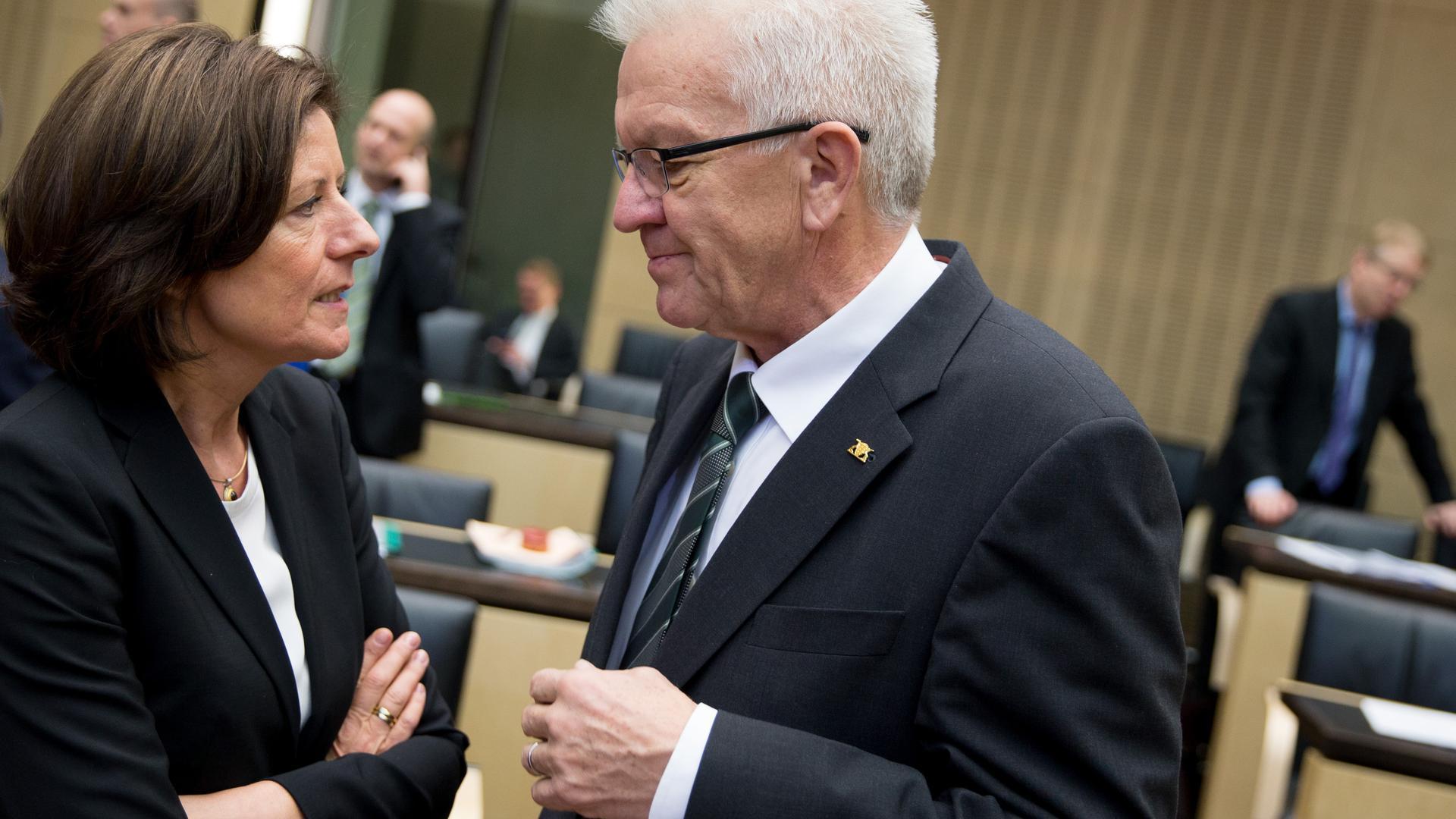 Baden-Württembergs Ministerpräsident Winfried Kretschmann (Bündnis 90/Die Grünen) und die rheinland-pfälzische Ministerpräsidentin Malu Dreyer (SPD) unterhalten sich am 27.11.2015 im Bundesrat in Berlin. Foto: Kay Nietfeld/dpa ++ +++ dpa-Bildfunk +++