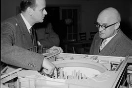 Prof. Karl Wirtz (Leiter des Intituts für Neutronenphysik und Reaktortechnik (INR)) (links) mit Dr. Gebhard Müller (Ministerpräsident von Baden-Württemberg) (rechts) vor einem Modell des Forschungsreaktors 2 (FR 2)