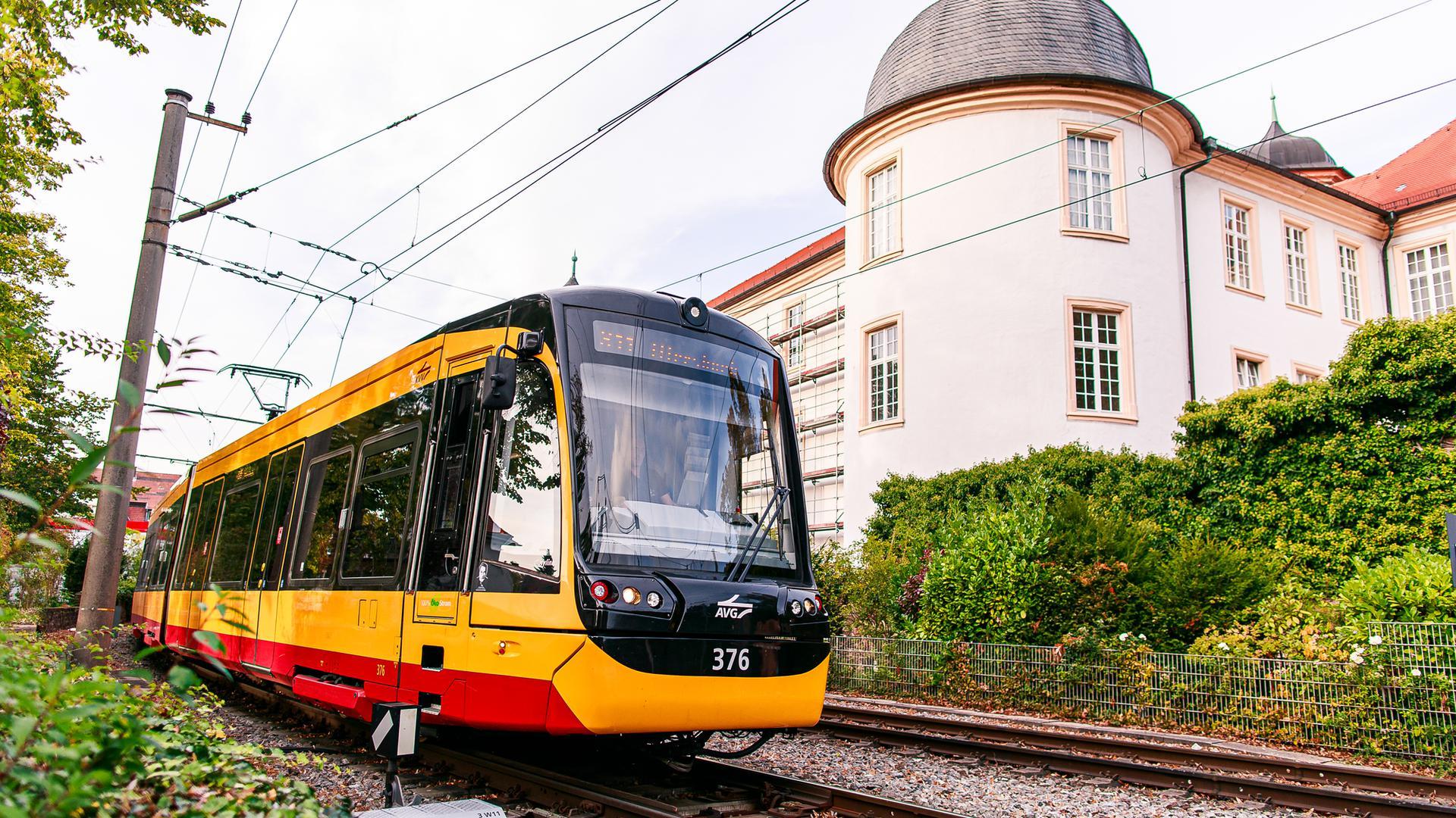 AVG-Stadtbahn vor dem Ettlinger Schloss.