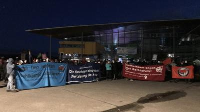 """Etwa 100 Demonstranten versammelten sich vor der Europahalle, in der Halle hielt die AfD ihren """"populistischen Aschermittwoch"""" ab."""