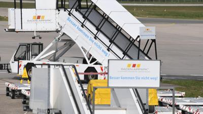 Flugzeugtreppen für Passagiere stehen im Flughafen Karlsruhe/Baden-Baden an einem Rollfeld. (zu dpa «Baden-Airpark: Passagierzahlen wohl auf Jahre unter Vor-Corona-Niveau») +++ dpa-Bildfunk +++