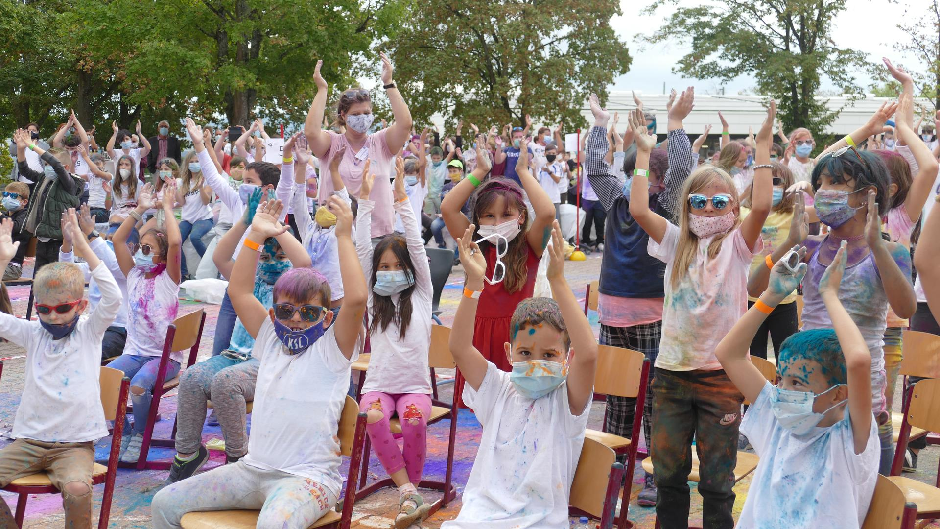 Die Schüler der Hardtschule applaudieren mit erhobenen Händen.