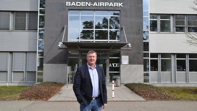 Der neue Geschäftsführer der Baden-Airpark GmbH, Uwe Kotzan, steht vor dem Verwaltungsgebäude des Baden-Airpark.