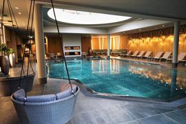 Swimming Pool und Liegestühle im Hotel-Wellnessbereich.