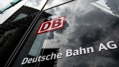 Der Schriftzug mit Logo steht an der Zentrale der Deutschen Bahn.