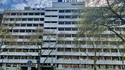 Leerstand: Diese Bauruine begrüßt die Besucher Mannheims, die von der Autobahn in die City fahren. Seit Langem ändert sich am Gebäude nichts.