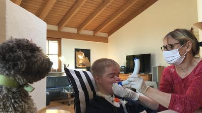 Bis die Therapeuten wieder zu Benni ins Haus können, macht Mutter Connie mit ihm die Atemtherapie.
