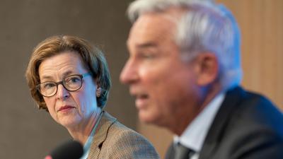 Beate Bube (l), Präsidentin des Landesamts für Verfassungsschutz Baden-Württemberg, und Thomas Strobl (CDU), Innenminister von Baden-Württemberg, nehmen an einer Pressekonferenz zur Vorstellung des Verfassungsschutzberichts 2020 Baden-Württemberg teil. +++ dpa-Bildfunk +++