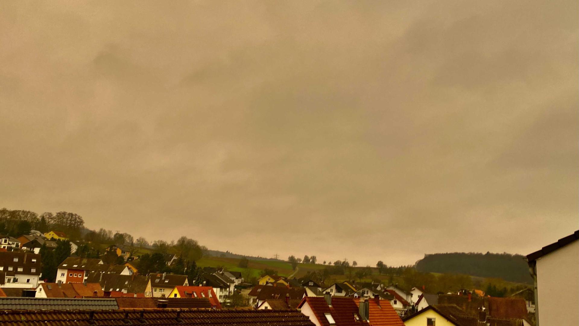 Gelb-bräunlicher Himmel