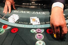 Die Spielbank im Kurhaus Baden-Baden lockt wieder mit Black Jack. Auch an den Roulette-Tischen rollt wieder die Kugel.