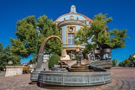 Blick auf das blaue Rathaus in Donaueschingen.