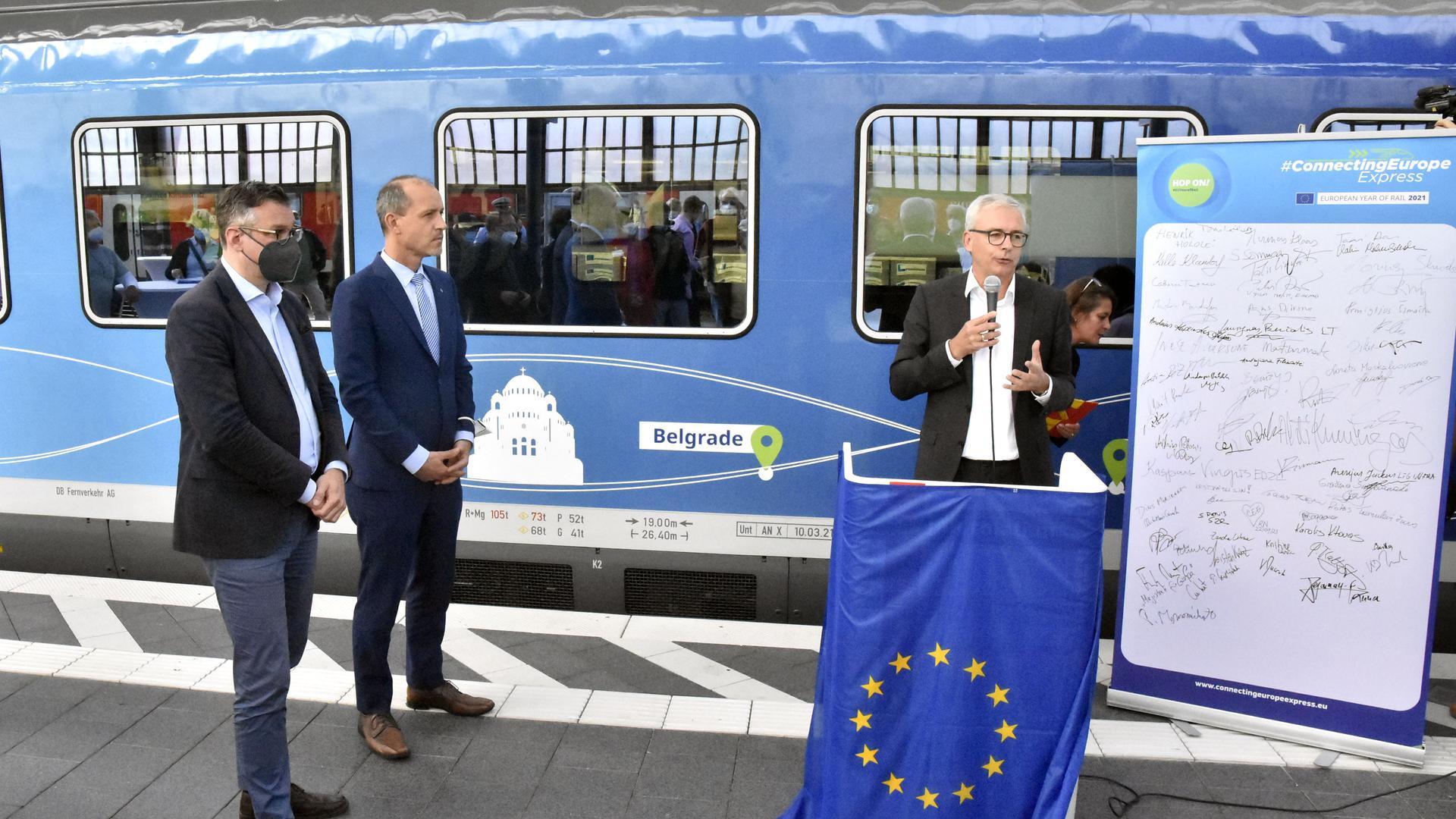 Thorsten Krenz von der Bahn, Jörg Wojahn von der EU-Kommission und Landrat Christoph Schnaudigel (von links) am Karlsruher Hauptbahnhof.