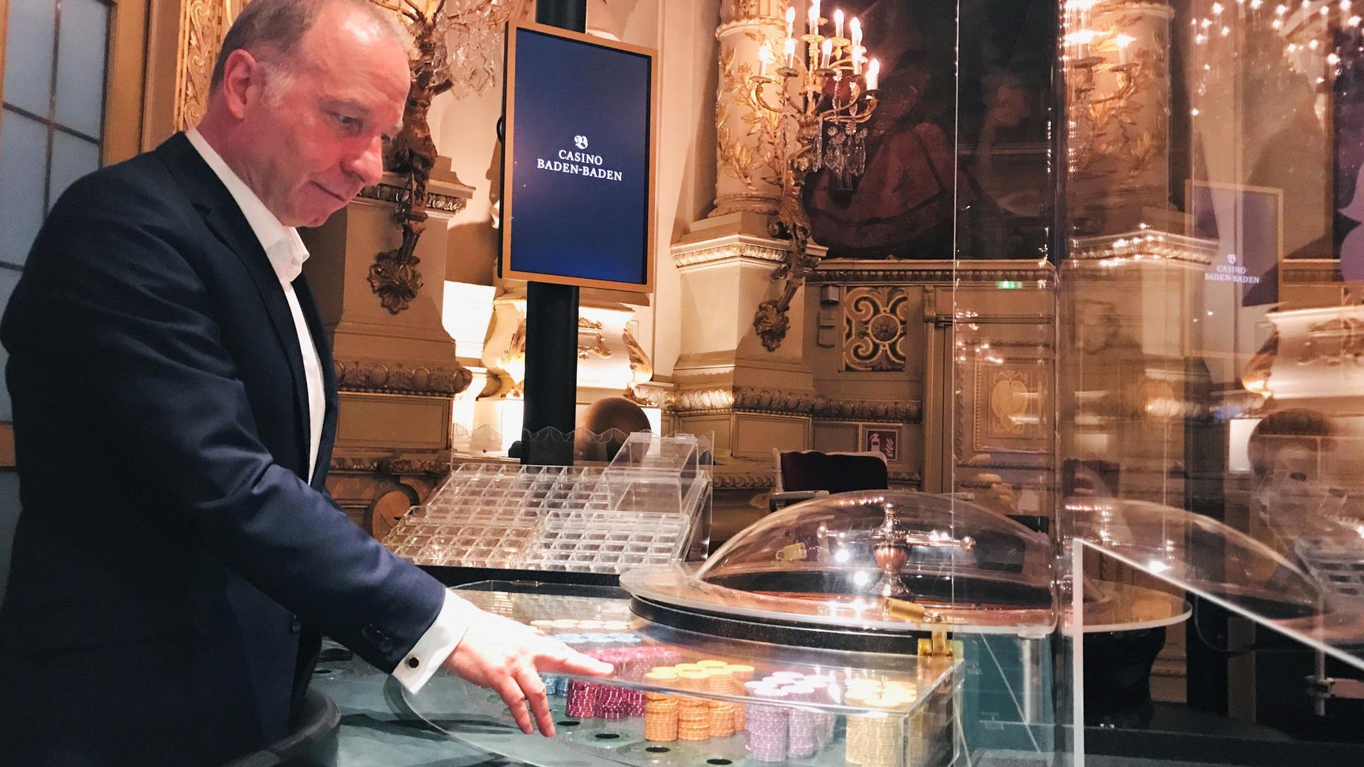 Spielbankchef Thomas Schindler prüft vor dem Neustart nach der Corona-Zwangspause einen Roulettetisch im historischen Florentinersaal des Casinos im Kurhaus Baden-Baden.