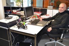 Jürgen Braun, Aufsichtsratsvorsitzender der Pfizer Deutschland GmbH, sitzt an seinem Schreibtisch