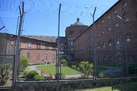 Blick vom Revierhof auf das Krankenrevier und auf einen Zellentrakt des Haupthauses. Laut offiziellen Angaben leben durchschnittlich rund 630 Gefangene in der JVA Bruchsal.