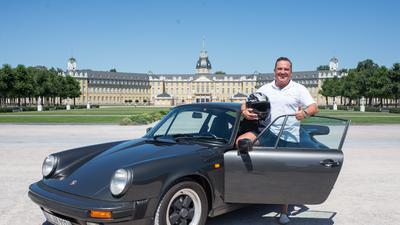 Meister der Selbstinszenierung: Marko König mit dem gleichen Porsche mit dem er 1992 den Rekord auf dem Hockenheimring aufgestellt hat vor dem Karlsruher Schloss.