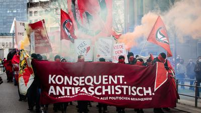Linke Demonstranten ziehen mit Fahnen und Spruchbändern durch die Innenstadt und zünden Pyrotechnik. In Stuttgart waren am Samstag mehrere Demonstrationen zu verschiedenen Themen angemeldet. +++ dpa-Bildfunk +++