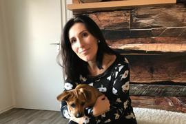 Denise Baumgärtner nimmt in Blankenloch für den Verein Pfotenhilfe Karlsruhe Hunde auf und pflegt sie, bis sie weitervermittelt werden können. Harley (unten) und Santos (oben) hat sie aber behalten.