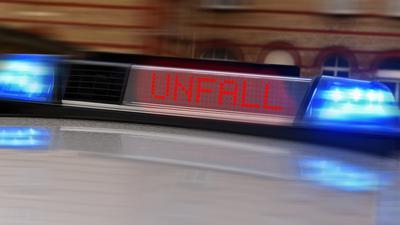 """Ein Display auf dem Autodach der Polizei mit der Aufschrift """"Unfall"""" (Symbolbild)"""