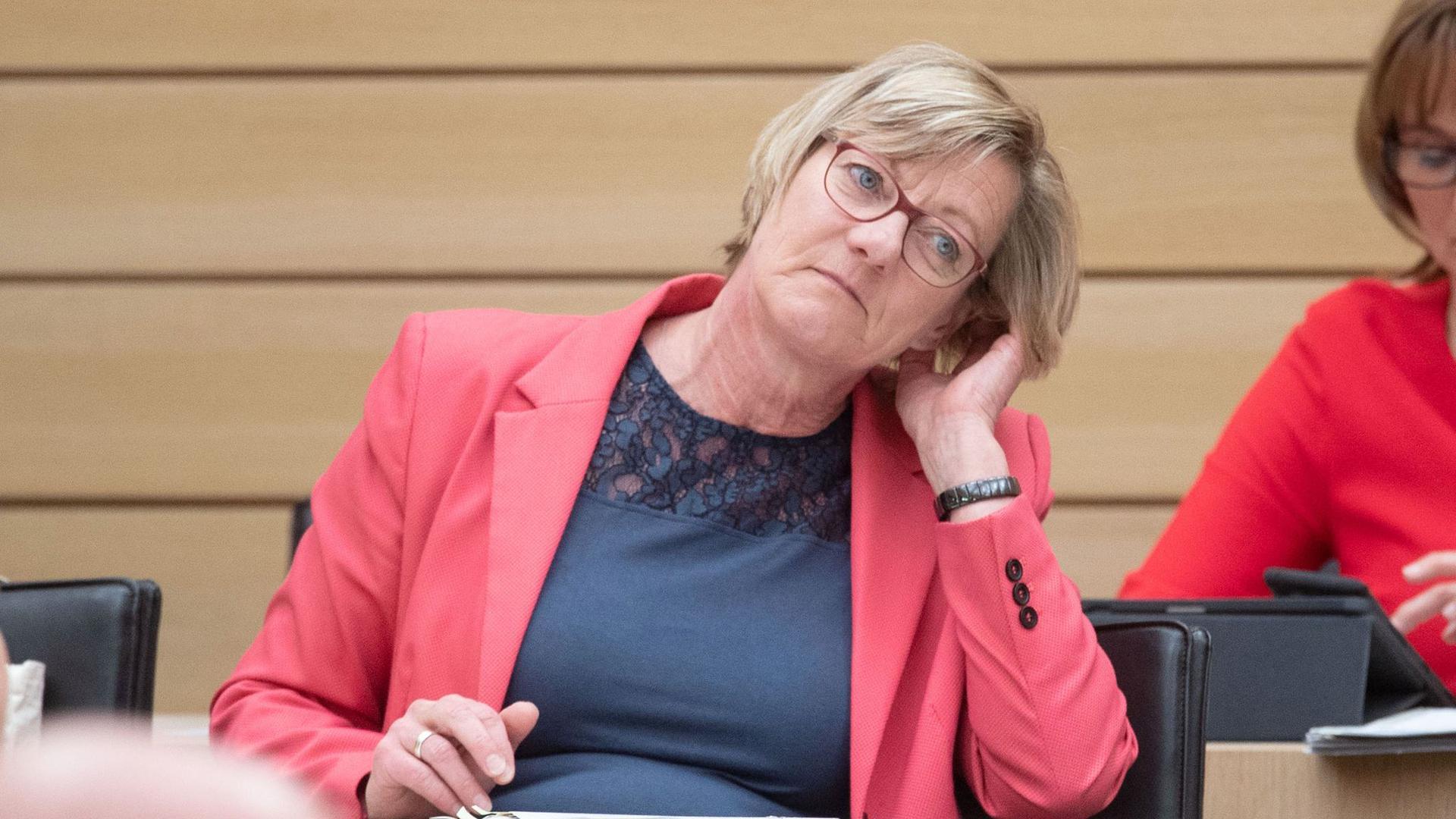 Edith Sitzmann, Finanzministerin von Baden-Württemberg, sitzt im Landtag.