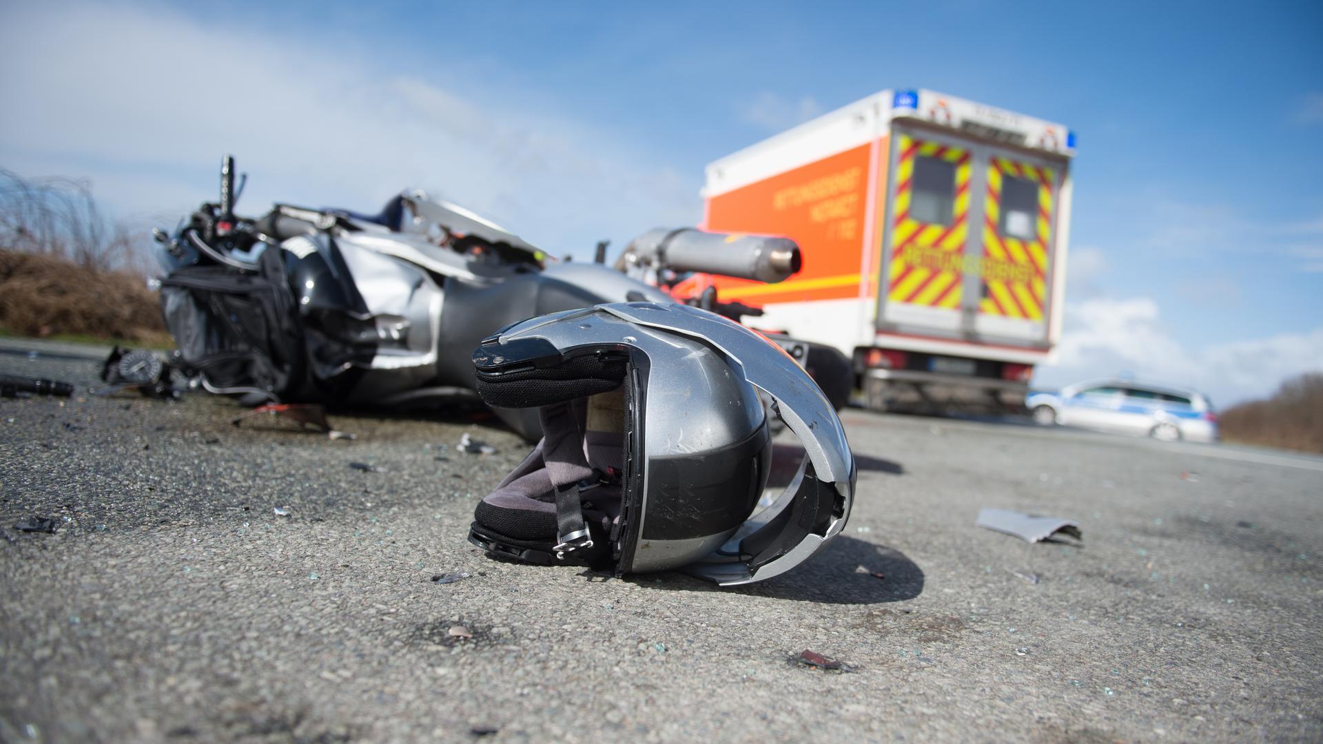 Ein Motorrad liegt zerstört auf der Straße.