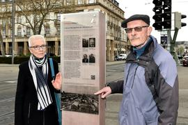 Ausgangspunkt der Verschleppung: Eine Stele erinnert daran, dass 1940 am Karlsruher Hauptbahnhof 1.000 Juden zusammengetrieben und nach Gurs verschleppt wurden. Das Ehepaar Brigitte und Gerhard Brändle recherchiert seit Jahrzehnten zur Deportation.