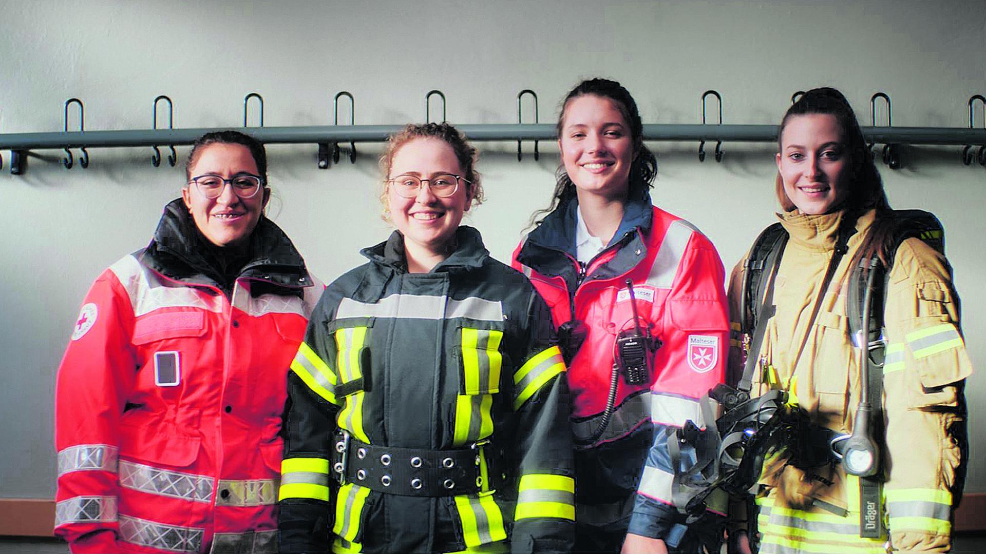Junge Frauen in Rettungsuniformen. Werbekampagne des Bevölkerungsschutzes Baden-Württemberg 2021.