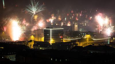 Feuerwerk wird in den nächtlichen Himmel über Stuttgart abgefeuert.
