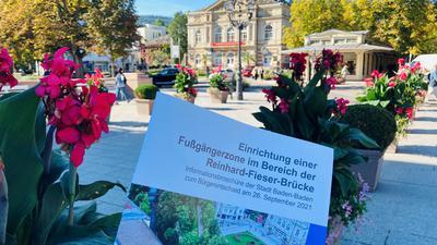 Streitobjekt in idyllischer Lage: Die Fieser-Brücke beim Baden-Badener Theater schätzen Spaziergänger und Autofahrer. Ob Letztere verbannt werden, soll der Bürgerentscheid am Wahlsonntag klären.