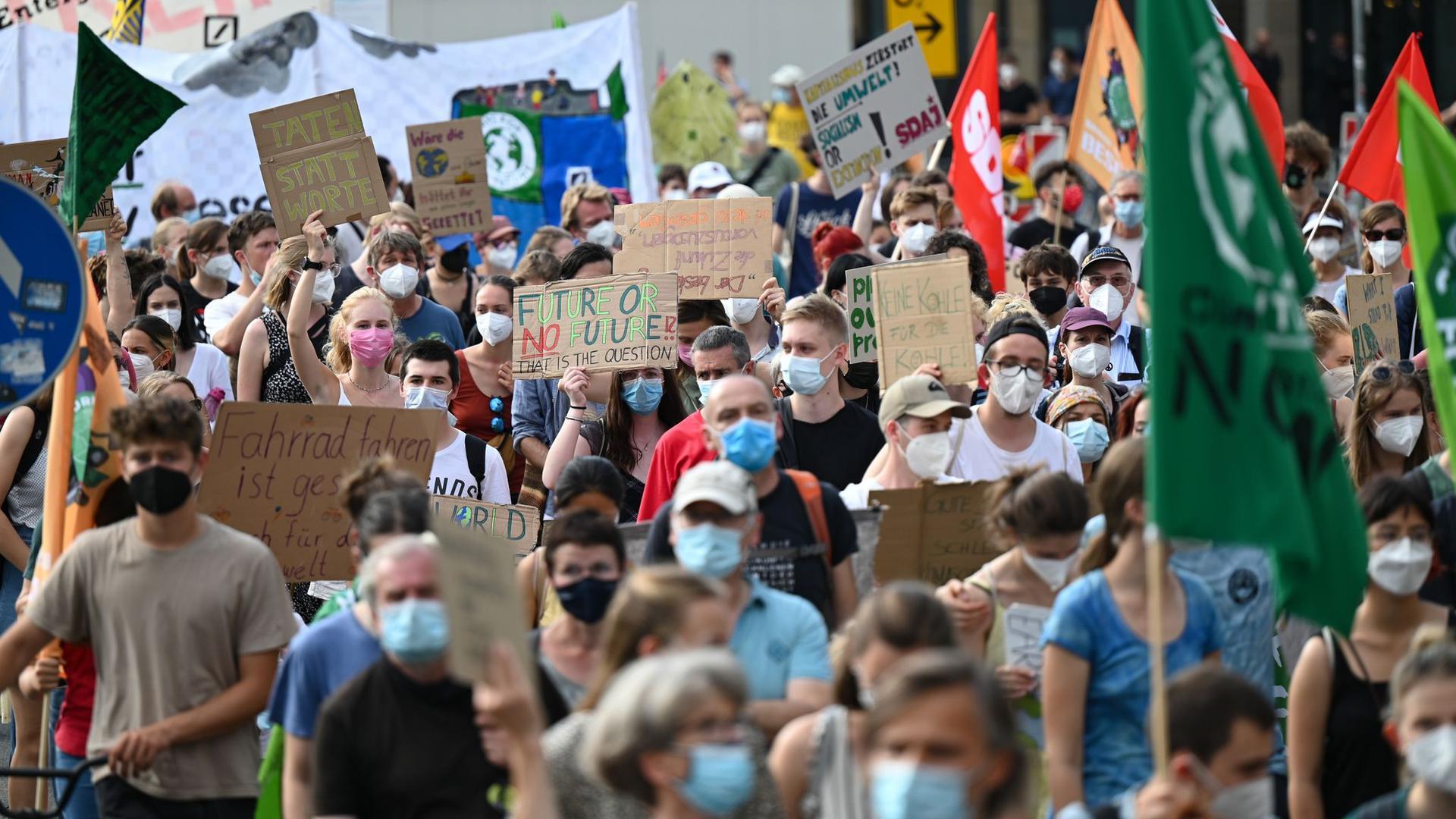 Zahlreiche Demonstranten bei einem Klimastreik von Fridays for Future.