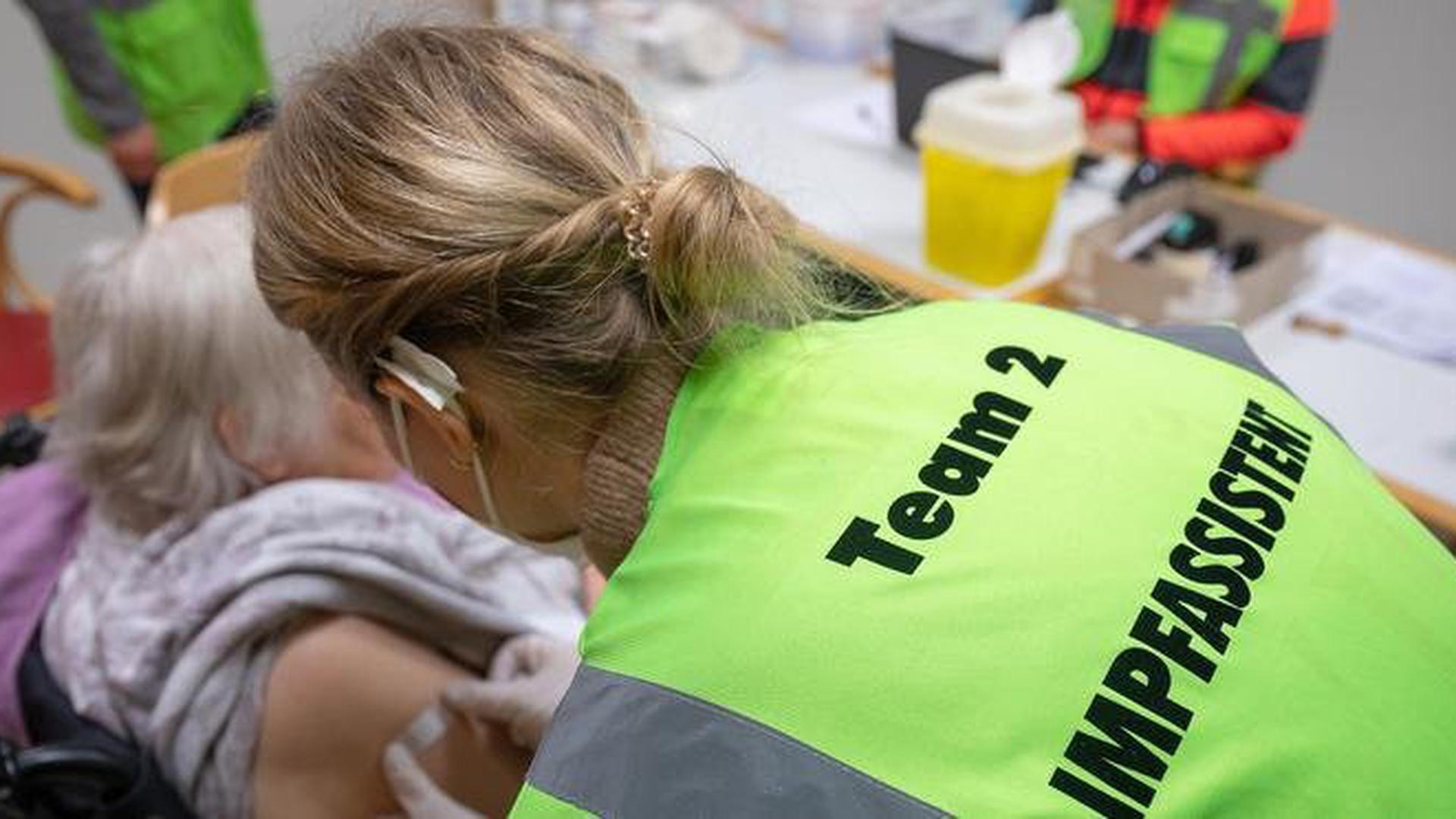 Problematische Differenzierung: Welche Pflegeheime in Baden-Württemberg von mobilen Impfteams besucht werden, richtet sich nach dem Sozialgesetzbuch – Betroffene empfinden das als Willkür.