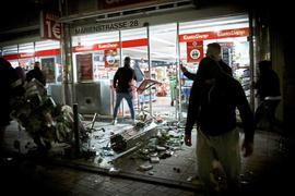 Zerstörungswut: Bei Auseinandersetzungen mit der Polizei haben Dutzende gewalttätige Kleingruppen die Stuttgarter Innenstadt verwüstet und mehrere Beamte verletzt. Die ersten Anklagen sind nun erhoben, bald starten die Prozesse.