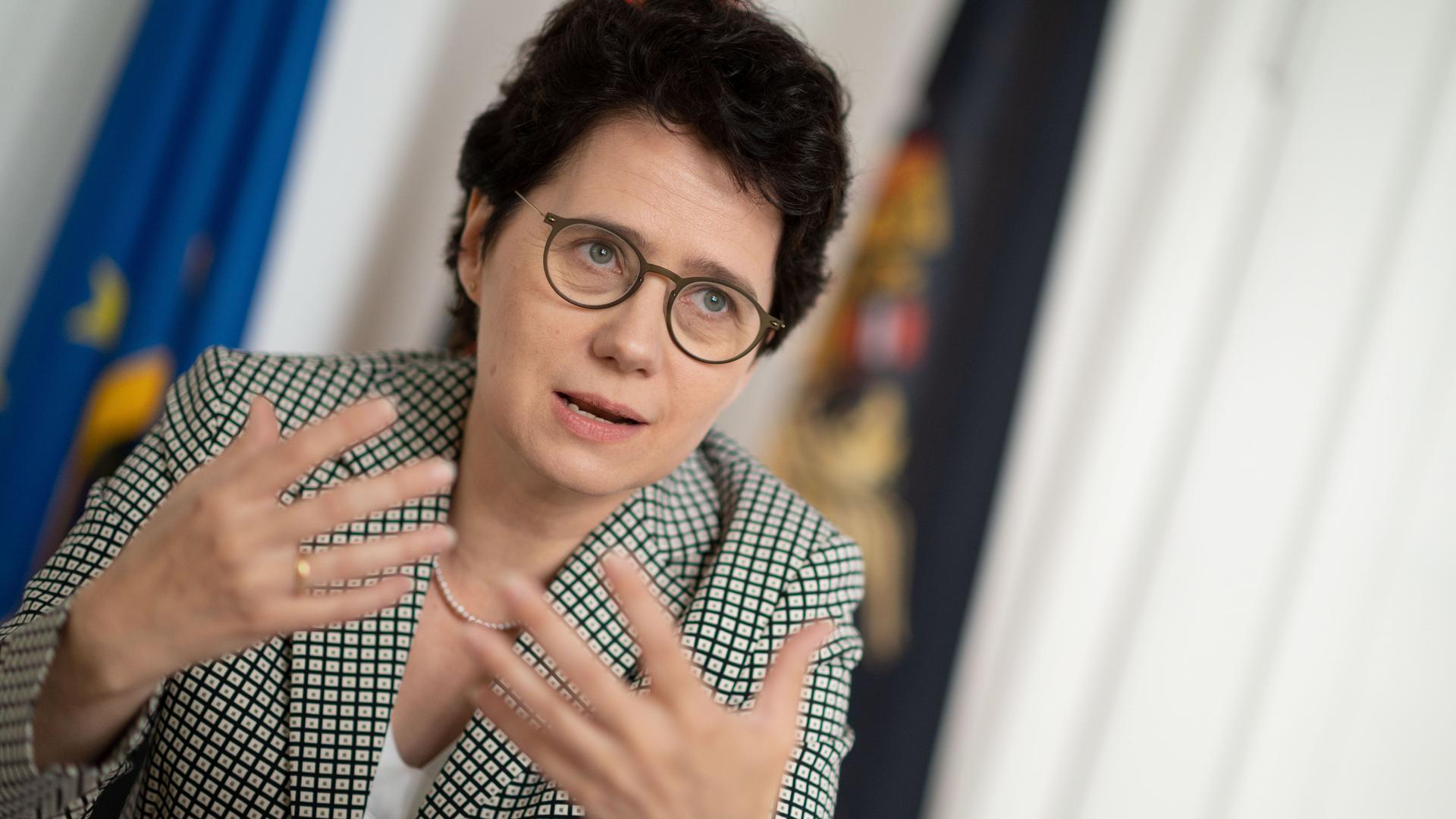 Marion Gentges (CDU), Ministerin der Justiz und für Migration Baden-Württemberg, nimmt an einem Gespräch mit der Deutschen Presse-Agentur (dpa) teil. (zu dpa «Expressurteile bald im ganzen Land - Regierung will Projekt ausweiten») +++ dpa-Bildfunk +++