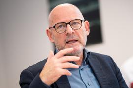 Winfried Hermann (Bündnis 90/Die Grünen), Verkehrsminister von Baden-Württemberg, spricht bei einer Pressekonferenz mit Journalisten. (zu dpa «500. Montagsdemo gegen Stuttgart 21 nur einen Tag nach Bau-Jubiläum») +++ dpa-Bildfunk +++