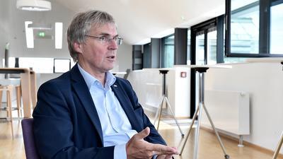 Tausende Mitarbeiter und Studenten gibt es am KIT - doch nicht alle können beim Klimaschutz auch Experten sein, sagt KIT-Präsident Holger Hanselka.