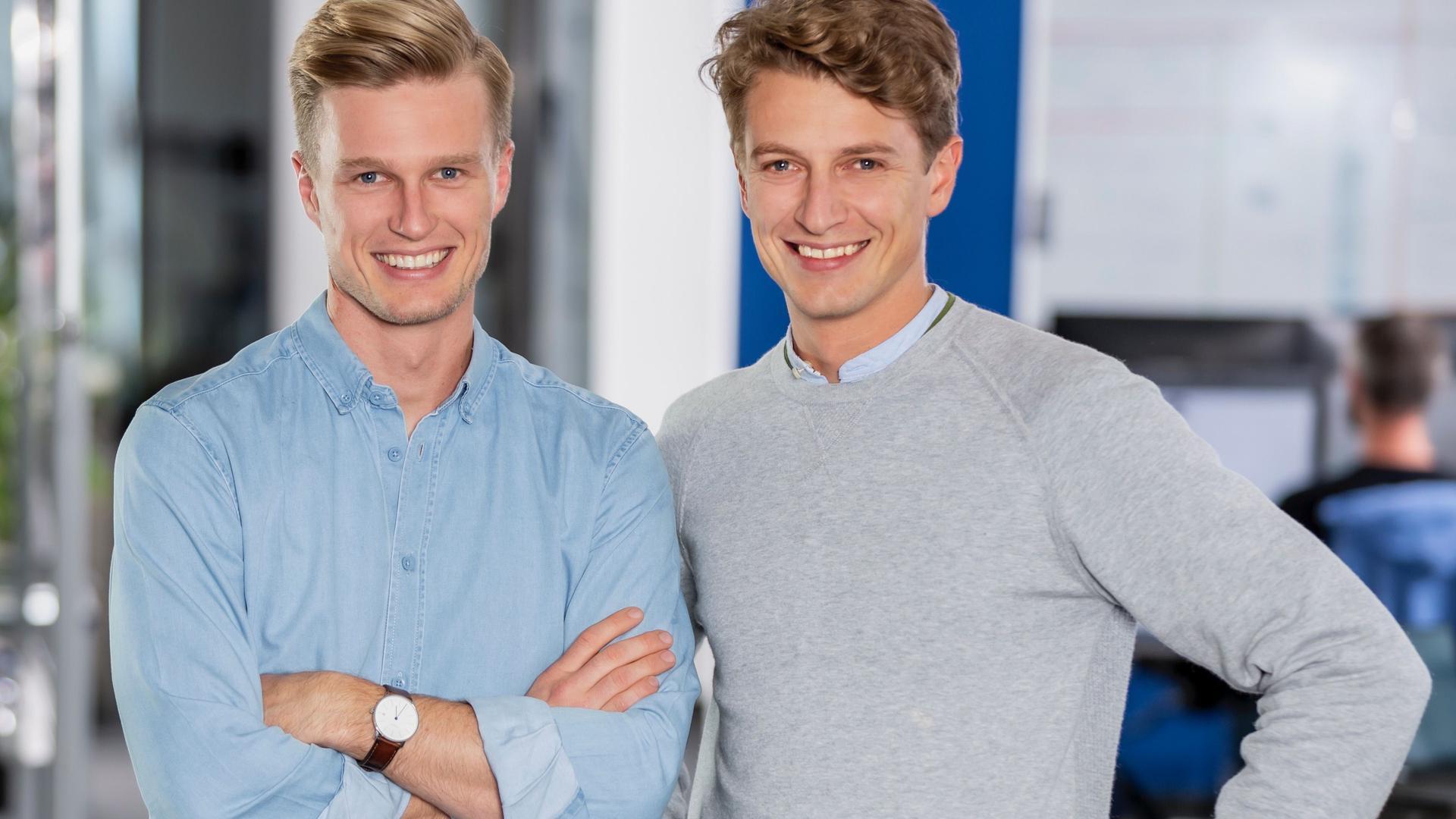 """Erfolgreiche Firmengründer. Michael Siebers (links) und sein Bruder Johannes sind die Köpfe hinter dem Ferienhausportal """"Holidu"""". Mehr als 15 Millionen Feriendomiziele sind über die Seite zu buchen."""