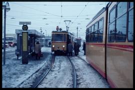 In mühevoller Handarbeit versuchen Mitarbeiter der Verkehrsbetriebe Karlsruhe an der Haltestelle Entenfang, auf den befahrbaren Abschnitten ein Straßenbahn-Notverkehr aufrecht zu erhalten.