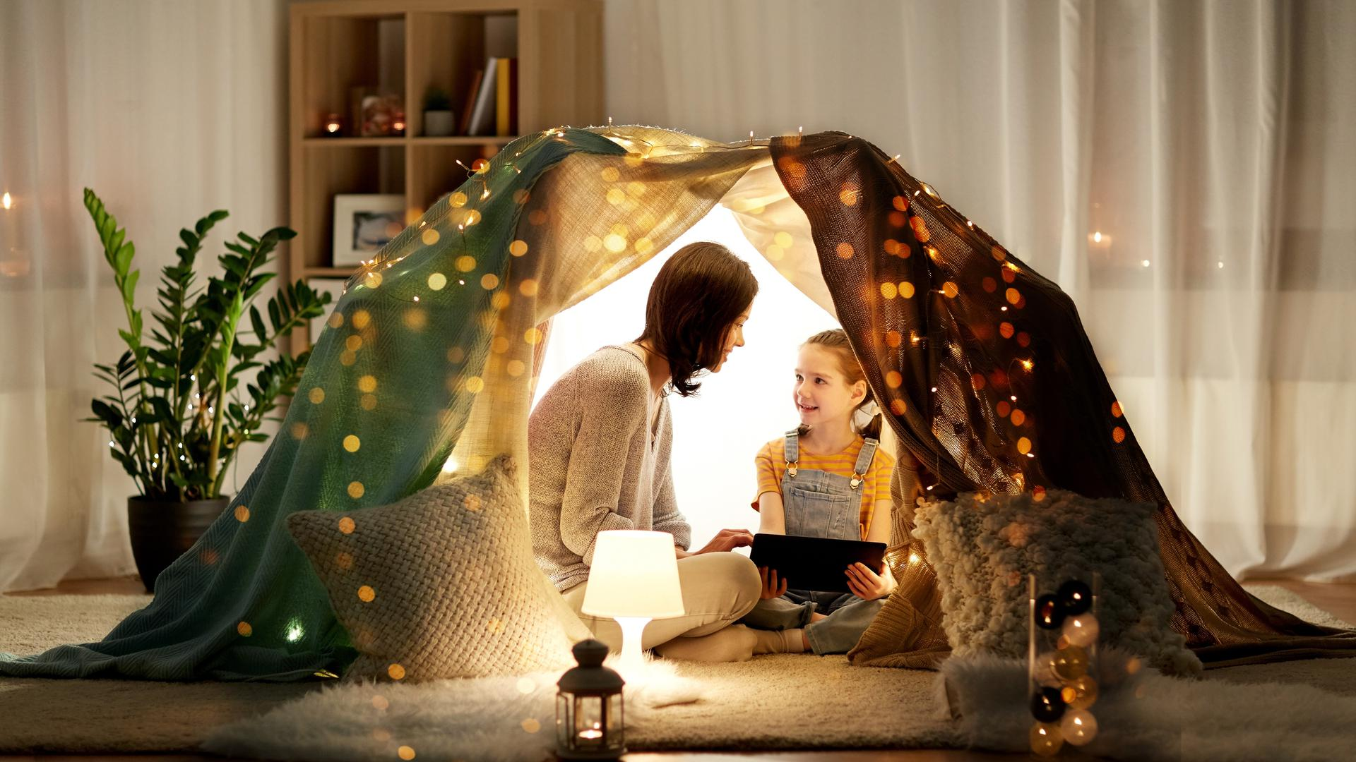 """In Dänemark gehört der """"hyggekrog"""" zu jedem Zuhause dazu: Ein kuscheliger Ort, an dem man es sich mit einer Tasse Tee oder einem guten Buch so richtig gemütlich haben kann. Das kann man auch mal temporär schaffen: mit einem selbstgebauten Zelt."""