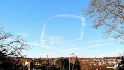 Zwei Kringel und ein großer Kreis: Diese Kondensstreifen am Himmel sorgten am Mittwoch für Rätselraten.